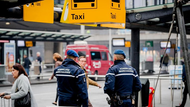 De luchthaven kan nu zo'n vijftig mensen van de Dienst Justitiële Inrichtingen inzetten. Beeld anp
