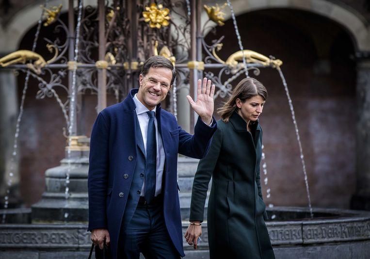 Premier Mark Rutte en zijn assistent Caroliene Hermans bij aankomst op het Binnenhof voor het vervolg van de formatiegesprekken met informateur Edith Schippers.  Beeld ANP