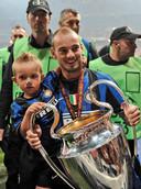 Met zijn zoontje Jessey na het winnen van de Champions League met Internazionale in 2010.