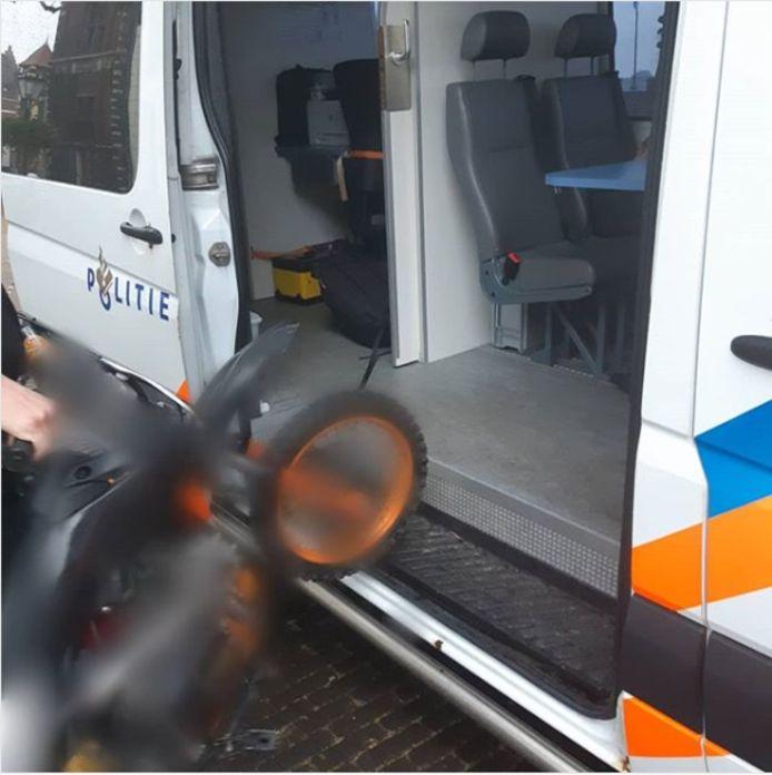 De crossmotor van de 21-jarige man uit Kampen werd in beslag genomen.