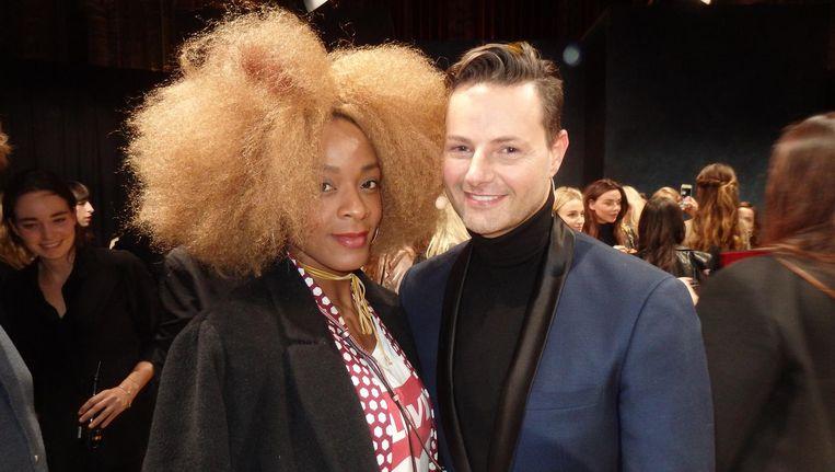 Presentator en stylist Fred van Leer en stylist Maureen Powel, met de jas Beeld Schuim