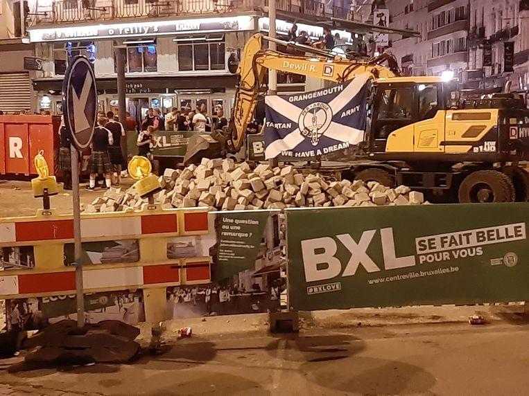 In de buurt van het Beursgebouw worden wegewerken uitgevoerd. De stenen liggen er voor het oprapen, niet meteen een veilige situatie.