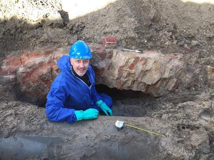 Archeoloog Leo Smole van de gemeente Arnhem bij de ingang van een gewelf dat ooit moet zijn gemaakt voor de Sint Jansbeek op het Gele Rijdersplein.