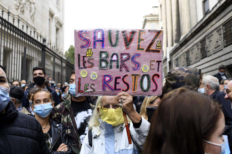 Honderden boze ondernemers kwamen vrijdag bijeen om te protesteren tegen de voorgenomen horecasluiting in Marseille.  Beeld AFP