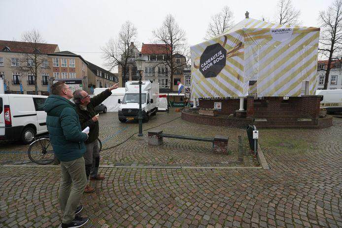 Pieter van de Kamp (l) en Ron Gevers bij de kiosk.