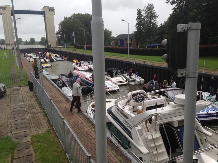 De boten van de Dutch Boat Run liggen vast in de sluis en kunnen geen kant op.