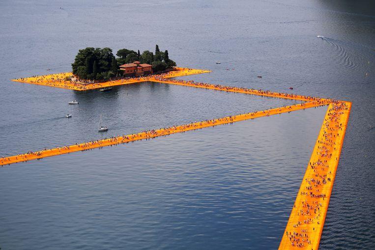 In juni 2016 konden mensen over het Iseo meer in Italië wandelen.  Beeld AFP