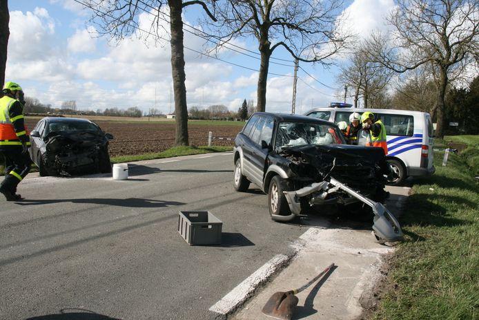 Op de voorgrond de auto waarin Christiana Van Lancker stierf. Op de achtergrond staat de verhakkelde Astra van de tegenligger.
