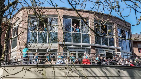 De bewoners van woonzorgcentrum De Korenbloem hebben vanmiddag van op hun terras uit volle borst het lied 'Laat de zon in je hart' meegezongen.