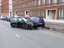 Volkswagen crasht tegen geparkeerde auto op het Vaillantplein