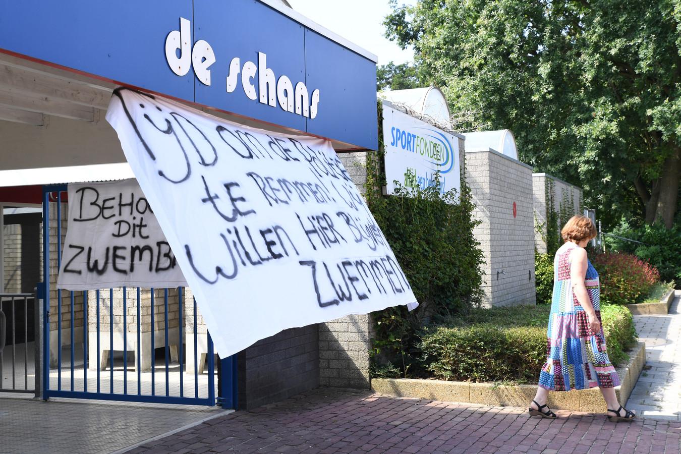 GEERTRUIDENBERG Bij zwembad de Schans in Geertruidenberg zijn alvast protestspandoeken opgehangen