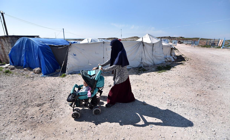 Een vrouw en haar kinderen in het Koerdische kamp Al Roj. Psycholoog Gerrit Loots bezocht het kamp voor zijn onderzoek naar de kinderen van Belgische Syriëgangers. Beeld EPA