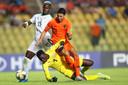 Senegal-doelman Mikayil Faye houdt Oranje-spits Naoufal Bannis tegen.