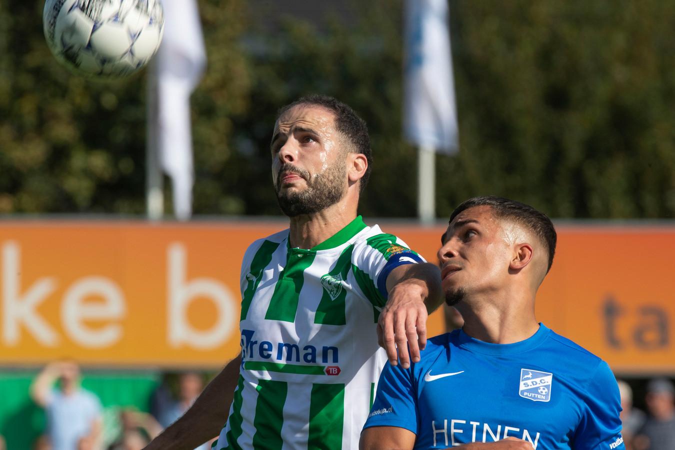 Omar Kavak (links, in het nieuwe wedstrijdshirt van SC Genemuiden) was zaterdag verantwoordelijk voor de 1-0.