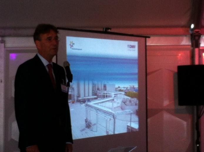 Directeur Herman Sips van DMV bij de opening van de fabrieksuitbreiding.