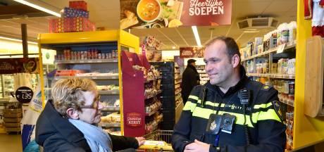 Spreekuur in supermarkt is een succes voor wijkagent Tonny : 'Het werkt drempelverlagend'