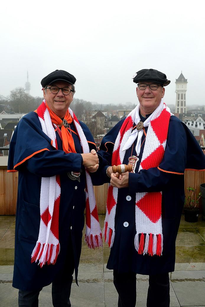 Cor Verbogt (l) stopt als voorzitter van Stichting Carnaval Roosendaal en geeft de voorzittershamer over aan Jacqo van Gastel.