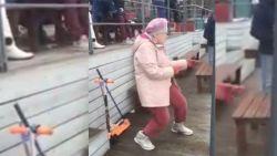 VIRAL: Oude vrouw danst de pannen van het dak