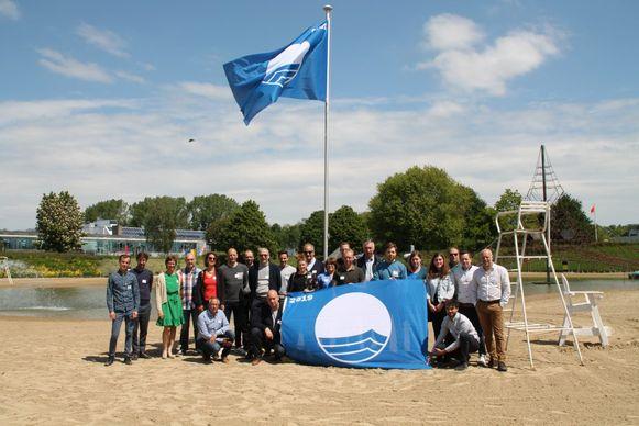 GoodPlanet Belgium, Toerisme Vlaanderen en Aquafin hebben donderdag op het strand van De Nekker aan twintig Belgische laureaten een Blue Flag uitgereikt.