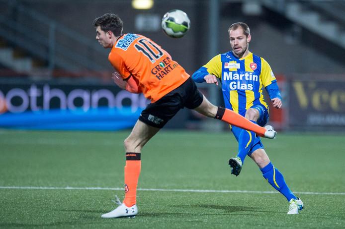 Istvan Bakx schiet de bal op het Volendamse doel.