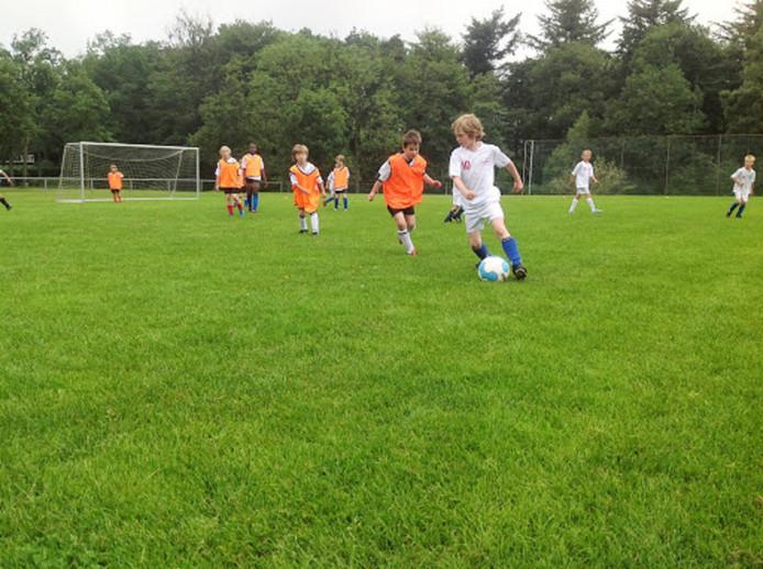 De kinderen maken bij de zomeractiviteit ook kennis met andere sporten dan voetbal.