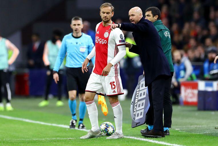 Erik ten Hag geen aanwijzingen aan Siem de Jong tijdens de wedstrijd tegen Valencia. Beeld BSR Agency