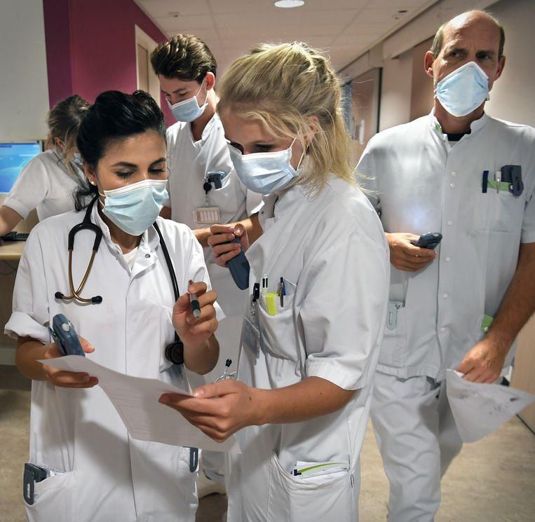 Zorgverleners van de spoedeisende hulp hebben er een dagtaak aan om hun patiënten ergens onder te brengen. Beeld Marcel van den Bergh