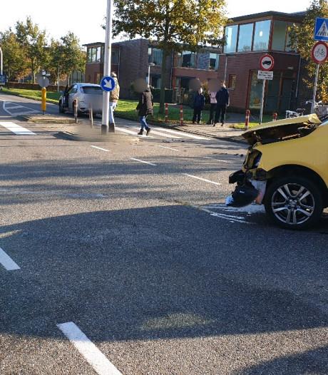 Veel blikschade na botsing tussen twee auto's in Haaksbergen