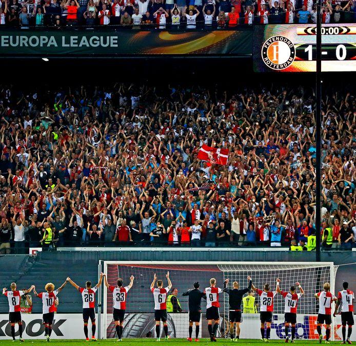 Netten rondom het veld in de Kuip bij de opkomst van de elftallen. Feyenoord bedankt het hondstrouwe publiek na de winst op Manchester United in 2016.