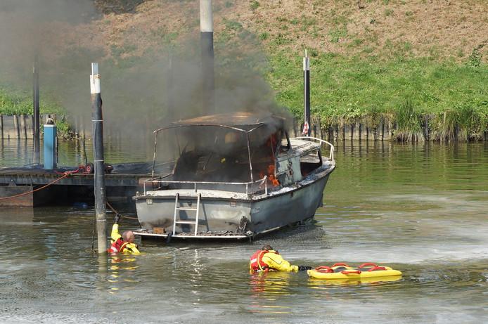 Explosie op een boot in Waalwijk.