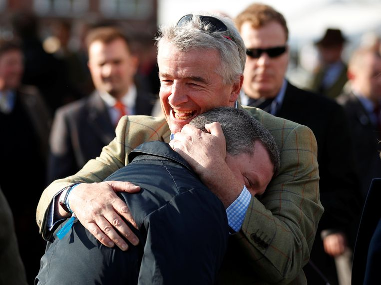 Michael O'Leary viert met trainer Gordon Elliott na de Grand National Handicap Chase.