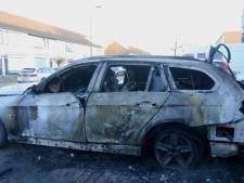 Auto brandt volledig uit in Den Bosch, politie vermoedt brandstichting