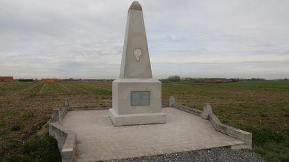 Door bliksem vernield monument hersteld
