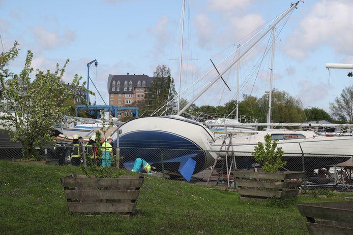 De zeilboot viel door onbekende oorzaak om.