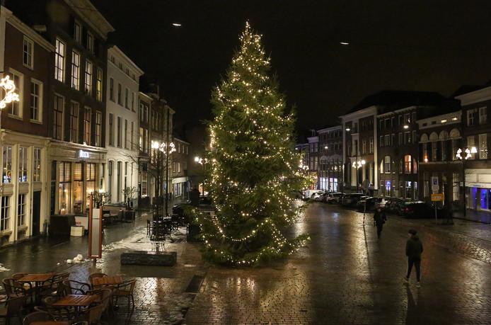 Een reusachtige verlichte kerstboom sierde twee jaar geleden de Groenmarkt in Zutphen.