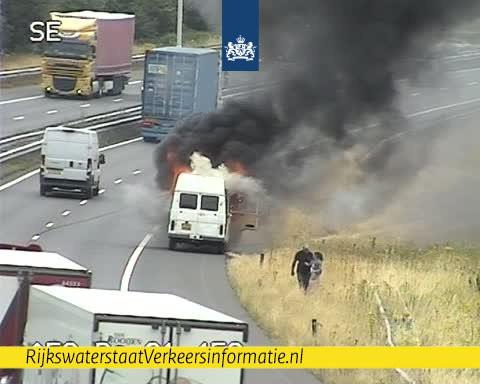 Een voertuig in brand op de A58.