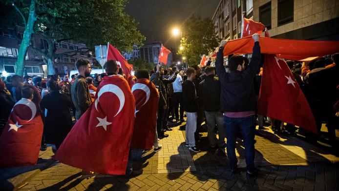 Nederlandse Turken uiten hun steun aan Erdogan bij het Turkse consulaat in Rotterdam na de mislukte staatsgreep.