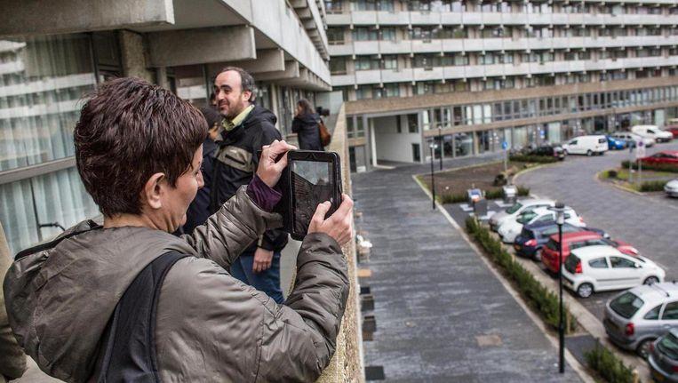 Een jurylid van de Mies van der Rohe Award nam een foto van de flat Kleiburg in Amsterdam-Zuidoost. Beeld Floris Lok