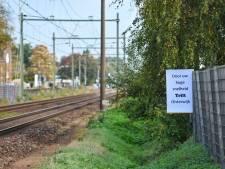 ProRail gedoogt protestborden langs het spoor: 'Door uw hoge snelheid trilt Oisterwijk'