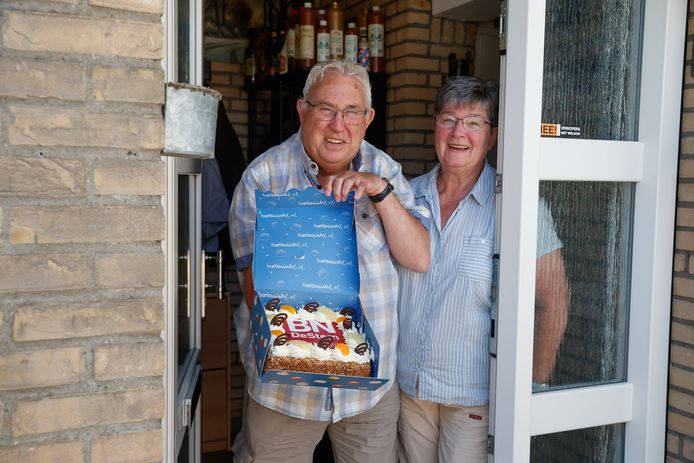 """""""Heerlijk, een krantje bij het ontbijt."""" Jan en Toos Goverde uit Roosendaal zijn al sinds hun huwelijk 48 jaar geleden abonnee van BN DeStem. Elke dag pluizen ze de krant uit, en ook aan de quiz werd vijf weken lang meegedaan. Met mooi succes als resultaat dus. """"We vinden het sowieso leuk om hieraan mee te doen, en ook puzzelen doen we graag."""" Welkome afleiding ook in een periode dat Jan en Toos minder contact hebben met anderen. """"Maar we wandelen en fietsen veel, de tijd komen we wel door."""""""