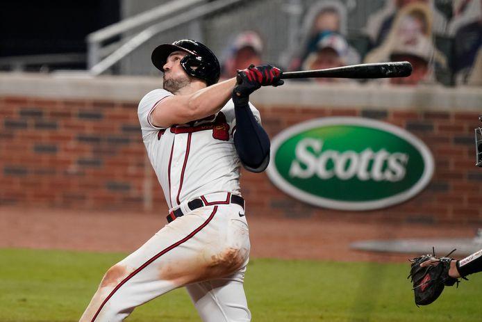 Adam Duvall slaat een homerun in de vijfde inning.