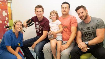 Acteurs Buurtpolitie bezoeken kindjes in AZ Damiaan
