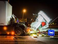 Vrachtwagen rijdt de vangrails in op A50 bij Eindhoven, afrit weer open
