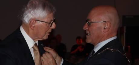 Burgmeester Kees van Rooij feliciteert jubilaris Harry Donjacour met 70 jaar lidmaatschap Frisselstein