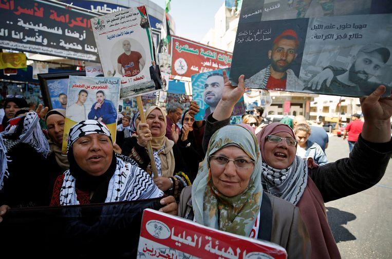 Palestijnen in Ramallah vieren het einde van de hongerstaking van zo'n achthonderd Palestijnse gevangenen in Israël. Beeld REUTERS
