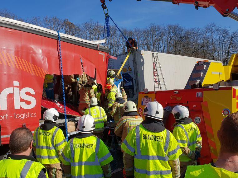 De hulpdiensten hadden maar liefst drie uur nodig om de Roemeense trucker te bevrijden.