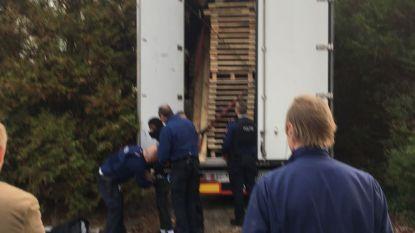 Opnieuw vijf illegalen uit vrachtwagen gehaald