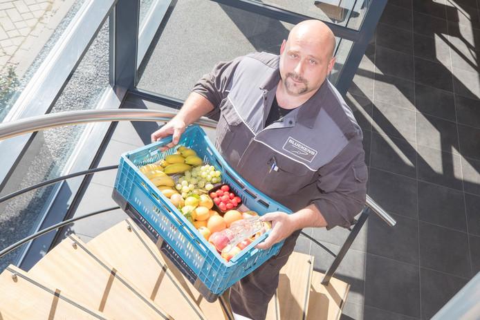 Vestigingsmanager Maurice Uitdewilligen van Bluekens met een vers kistje bedrijfsfruit.