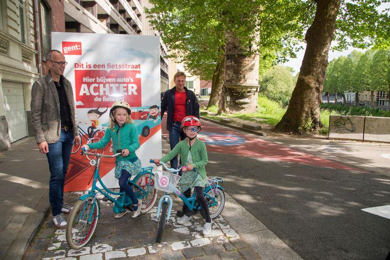 Schepen Filip Watteeuw en raadslid Guy Reynebeau onthullen de nieuwe campagenborden in de nieuwe fietsstraat aan de Isabellakaai