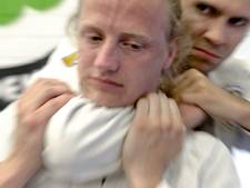 Agressieve Tilburgse (23) houdt agent in nekklem en probeert zijn ogen te steken